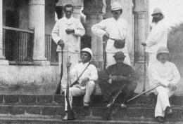Arthur Rimbaud, primo in piedi a sinistra, ad Aden nel 1880