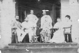 da sinistra a destra G. Révoil, H. Lucereau, M. Riès, G. Bidault de Glatigné, J. Suel, Rimbaud, E. Bidault de Glatigné_Hotel de l'Universe_Suez_novembre 1879-Foto Libraires associés_ADOC