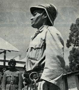 Pompiere etiope con cinturone ed elmo italiano modello Milano nel dopoguerra