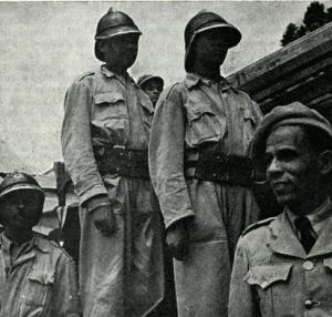 pompieri etiopi del 1951 con uniformi ibride composte da materiali italiani ed inglesi (1)
