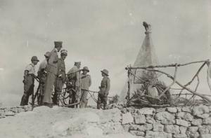 Il governatore De Vecchi di Val Cismon presso il monumento funebre al capitano Sandro Gatti