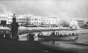 La salma del capitano Sandro Gatti viene sbarcata a Mogadiscio. Foto Carlo Pedrini