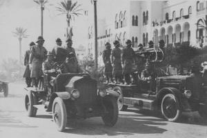 07-Gli automezzi dei pompieri tripolini sfilano, il 6 giugno 1937, in occasione della Festa dello Statuto.