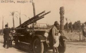 09-Un automezzo dei pompieri tripolini fotografato presso l'Oasi di Mellaha nel 1940. Interessante il milite indigeno in primo piano