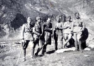 Giovanni Dieghi, quarto da sinistra, ritratto con altri ufficiali a Malciaussia (Usseglio) durante il richiamo del 1938 in occasione della crisi dei Sudeti. (Gentile concessione L. Greco)