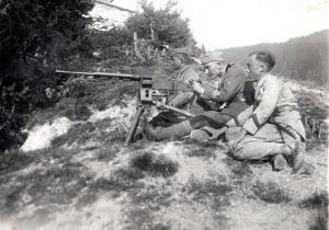 Giovanni Dieghi, presumibilmente nel 1938 circa ed in uniforme modello 1934, alla prese con una mitragliatrice Fiat Revelli 14/35. (Gentile concessione L. Greco)