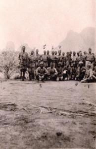 Il capitano Dieghi ritratto, tra i suoi Ascari, il 4 luglio 1940 a Kassala (Sudan). (Gentile concessione L. Greco)