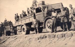 I combattenti italiani, tra loro il capitano Dieghi, si spingono in pattuglia oltre i terriroti conquistati il 24 luglio 1940. (Gentile concessione L. Greco)
