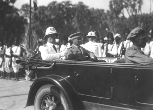 05-massaua-eritrea-il-principe-in-automobile-con-il-governatore-gasperini