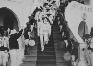 06-massaua-eritrea-il-principe-esce-dal-palazzo-del-governatore
