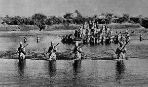 Truppe britanniche entrano in Eritrea. formazione di soldati delle Indie-atbara-river
