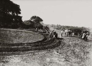 Villaggio Duca degli Abruzzi. aratura meccanica