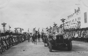 Mogadiscio - Umberto di Savoia accompagnato dal Governatore e scortato dai comandanti delle truppe e dal Capo Zaptiè