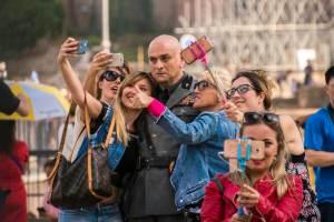Sono-Tornato-selfie-con-Mussolini
