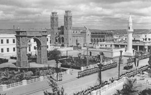 Mogadiscio_Panorama del centro storico con la Cattedrale, la Moschea e l'arco di Umberto