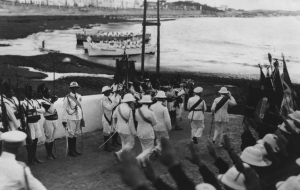 Il Duca degli Abruzzi ed il Governatore s'imbarcano sulla lancia che li porterà a bordo della R.N. San Giorgio per incontrare S.A.R. il Principe di Piemonte