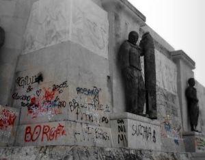 monumento-ai-caduti-dafrica-imbrattato
