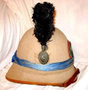 Casco coloniale da ufficiale dei Cacciatori d'Africa (notare il velo celeste) Collezione Carlo Morandi