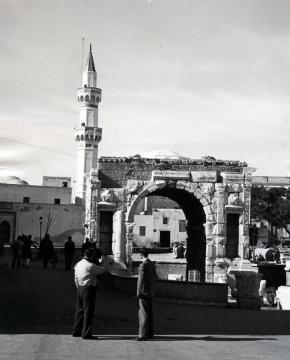 il minarato di moschea gurgi dietro l'arco