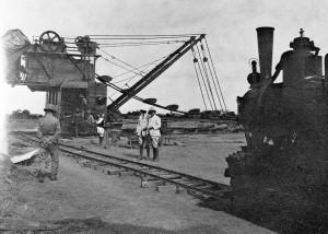1922, Villaggio Duca degli Abruzzi, Somalia - Escavatore al lavoro nel canale dello scaricatore di superficie