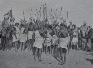 Fantasia dei guerrieri somali davanti al maggiore Di Giorgio