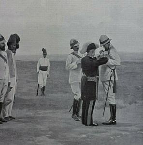 Il tenente Hercolani Gatti viene decorato dal commissario civile del Benadir Carletti per le azioni di guerra in Somalia (1908)