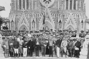 pechino-1900-te-deum-nella-chiesa-del-salvatore-o-pe-tang-cattedrale-immagine-dal-settimanale-francese-quotidiano-l-illustrazione-10-novembre-1900-kn5j36