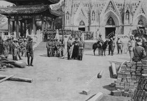 pechino-1900-te-deum-nella-chiesa-del-salvatore-o-pe-tang-cattedrale-immagine-dal-settimanale-francese-quotidiano-lillustrazione-10-novembre-1900-kn5j1k
