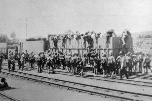 Il treno con a bordo Churchill mentre imbarca il Reggimento Dublin Fusiliers, poco prima della partenza per Ladysmith