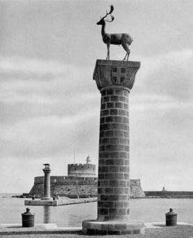 01-Rodi. Le colonne del Mandracchio. L'antico porto delle galere trasformato in porto per velieri